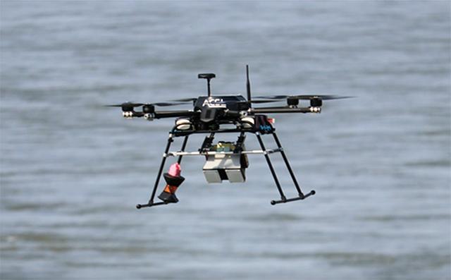 写真-5 電波式流速水位計を搭載したドローン